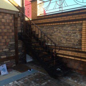 Металлическая лестница со ступенями из ПВЛ